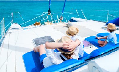 Foto gezin op zeilboot bij Zeilen en Cruises