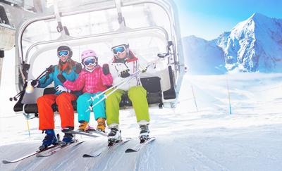 Foto gezin in skilift bij Wintersport